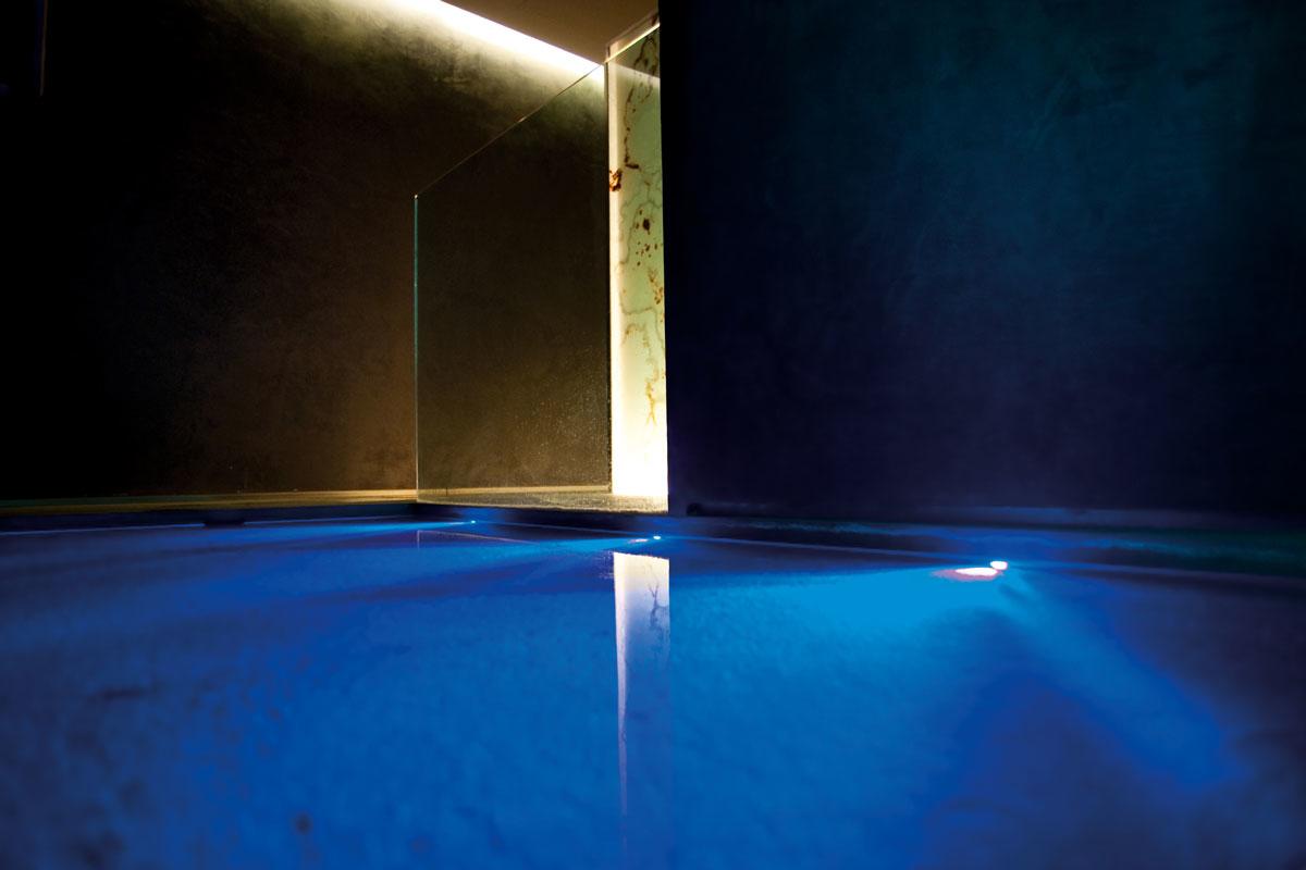 piscine infinity avec hydromassage et jacuzzi au spa sur le lac de c me grand h tel tremezzo. Black Bedroom Furniture Sets. Home Design Ideas